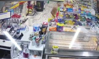 Homem invade loja de conveniência de posto de combustível e derruba mercadorias