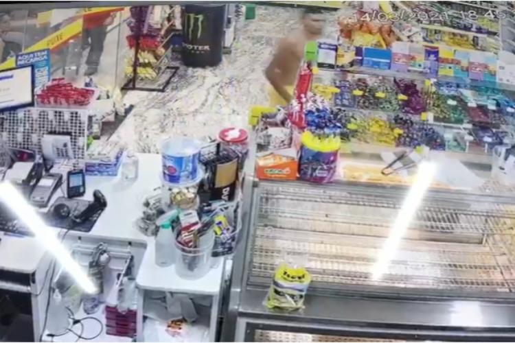 Homem invade loja de conveniência de posto de combustível e derruba mercadorias (Foto: Foto: Reprodução/Vídeo)