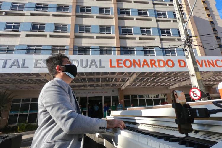 Pianista Felipe Adjafre toca diante do Hospital Leonardo da Vinco no projeto Pôr do Sol (Foto: FABIO LIMA/O POVO)