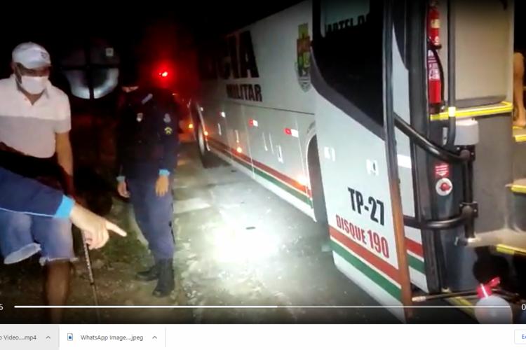 Cerca de 30 pessoas, incluindo um homem com deficiência, usando muletas, é conduzido pela PM à delegacia por estar em festa clandestina em Guaiúba (Foto: Reprodução/Vídeo)