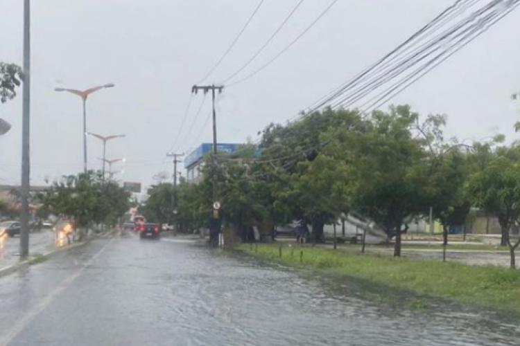 Chuva desta manhã na avenida Osório de Paiva (Foto: Germana Pinheiro/rádio O POVO CBN)