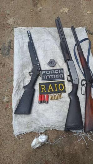 Foram encontradas duas espingardas, um rifle e onze munições, sendo oito calibre .38 e três calibre .12 (Foto: Reprodução/SSPDS)