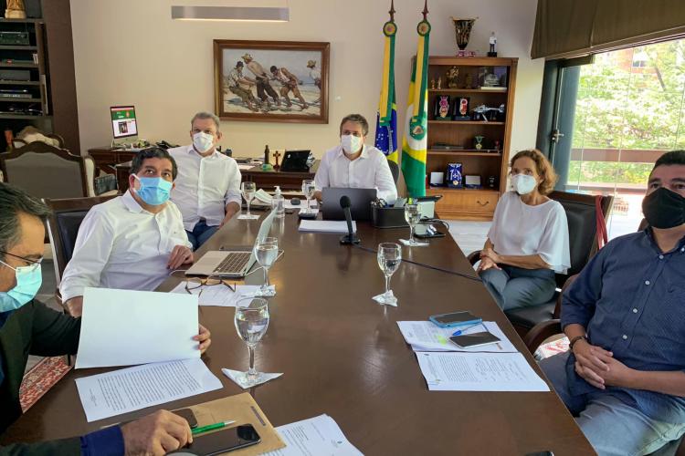 Reunião que decidiu sobre medidas de combate à Covid-19 no Ceará (Foto: reprodução/facebook camilo santana)