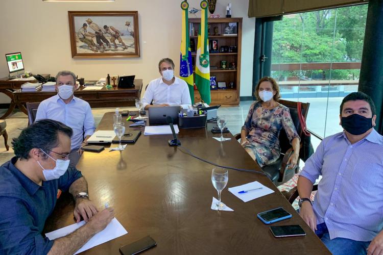 Reunião comandada pelo governador Camilo Santana, do comitê científico, neste domingo, 4 de abril (Foto: REPRODUÇÃO/FACEBOOK/CAMILO SANTANA)