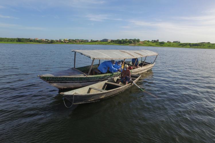 Equipe precisou usar canoa para chegar no pescador (Foto:  @emanuellcoelho)
