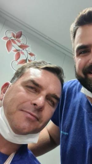 O cirurgiã oMarvel Pelúcio Falcão divulgou imagem ao lado do senador Flávio Bolsonaro na UPA do Pecém (Foto: Reprodução/Instagram)