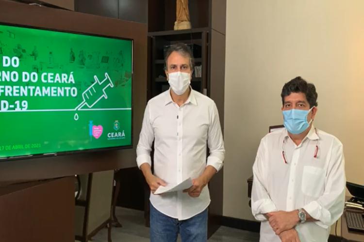 Governador Camilo Santana fez anúncio de renovação das medidas de isolamento social ao lado do secretário da Saúde, Cabeto Rodrigues (Foto: Reprodução/Facebook)