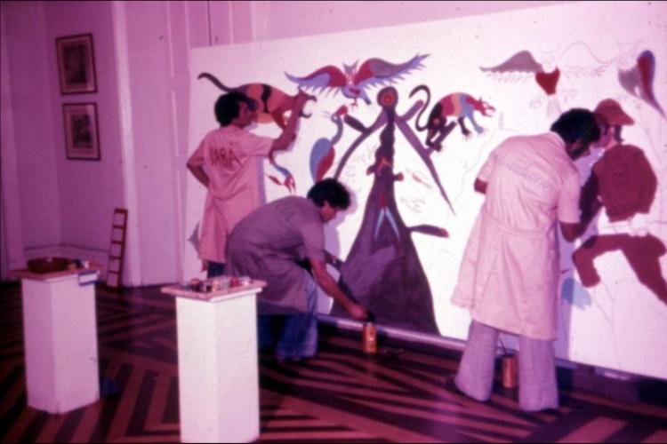 Registro da pintura do painel 'Homens Trabalhando', no Salão de Abril de 1977 (Foto: Marcos Valle e João Valle)