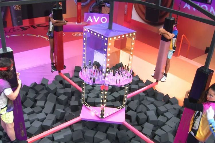 Os quatro precisam ficar agarrados em colunas enquanto se equilibram em uma plataforma giratória (Foto: Reprodução/Gshow)