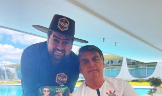 Presidente Bolsonaro ao lado de churrasqueiro dos artistas com picanha que custa R$ 1,799,99 o quilo, segundo a coluna Cozinha Bruta