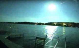 Por onde passou, o meteoro deixou o céu iluminado.