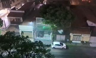 Imagem mostra copas de árvores sendo balançadas pela ventania no bairro Joaquim Távora