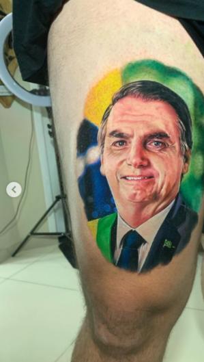 Homem tatua rosto do presidente Bolsonaro na coxa direita (Foto: Reprodução / Instagram)