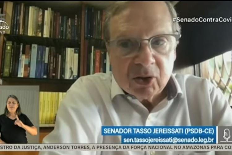 Tasso Jereissati se indignou ao ouvir de Marcelo Queiroga que ele não teria de reprovar os comportamentos do presidente Jair Bolsonaro que geram aglomerações.  (Foto: Reprodução/TV Senado)
