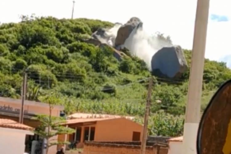 Rocha de maior comprimento foi cortada ao meio e rolou por uma montanha, chamando atenção dos moradores (Foto: Reprodução/Instagram)