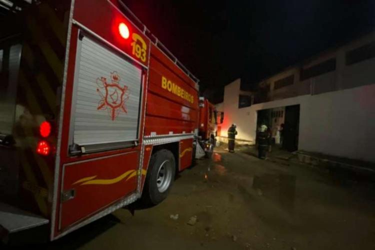 Em Sobral, os bombeiros impediram que o fogo atingisse cômodos com plásticos e materiais químicos (Foto: Reprodução/SSPDS)