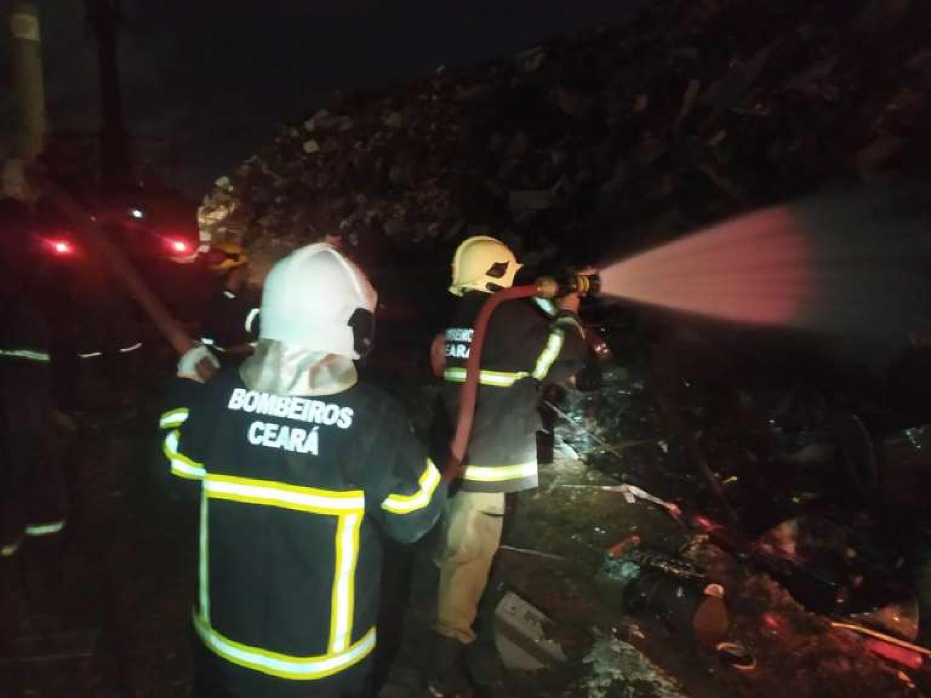 Em Maracanaú, o fogo atingiu uma sucata e começou em uma caçamba com restos de materiais industriais