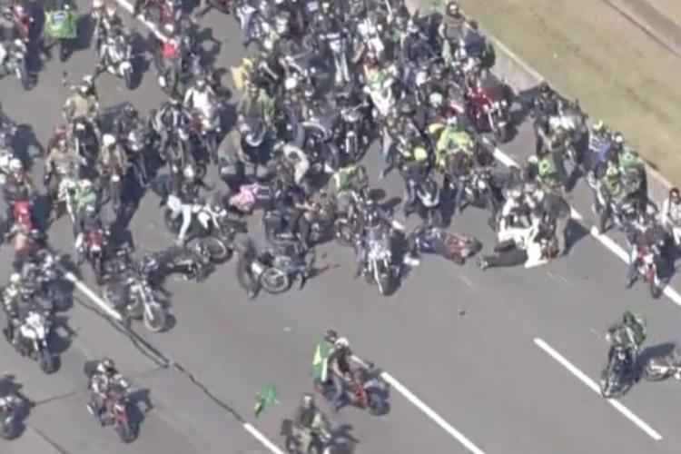 Acidente é registrado na motociata do presidente Bolsonaro em São Paulo (Foto: REPRODUÇÃO/VÍDEO/TV BANDENEWS)