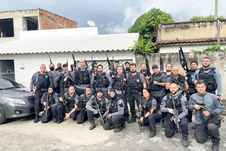 Flávio Bolsonaro publicou foto dos policiais que estavam na operação (Foto: TWITTER/FLÁVIO BOLSONARO/REPRODUÇÃO)