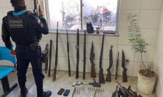 De acordo com inspeção feita pelos policiais, a maioria do armamento estava sem numeração de identificação.