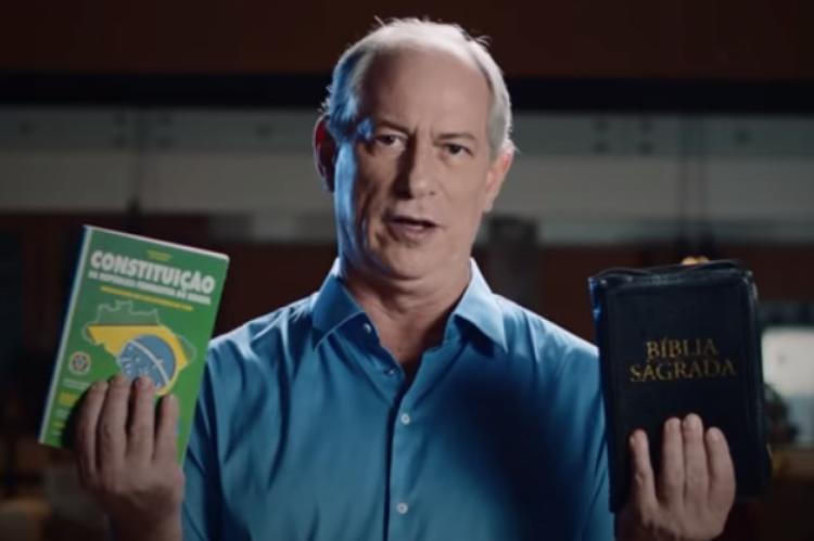 Ciro Gomes afirma em vídeo que a política e a religião (representadas pela Constituição e a Bíblia) não são conflitantes.