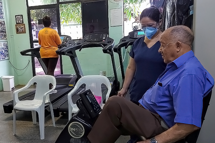 Pacientes passam por tratamento de sequelas deixadas pelo vírus. (Foto: Sesa)
