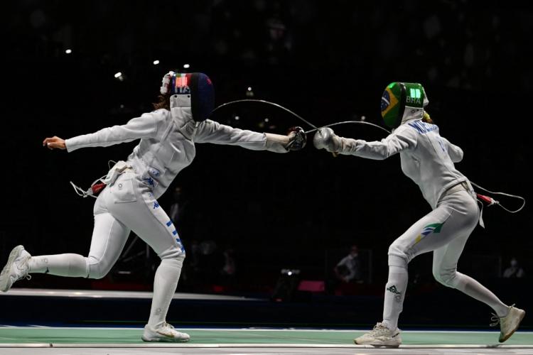 Nathalie é atual campeã mundial de esgrime e agora dá adeus à disputa por medalha em Tóquio  (Foto: Mohd Rasfan / AFP)
