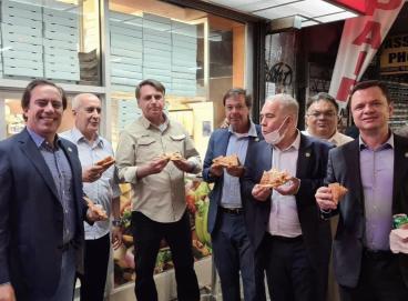 Bolsonaro come pizza com ministros nas ruas de Nova Iorque.