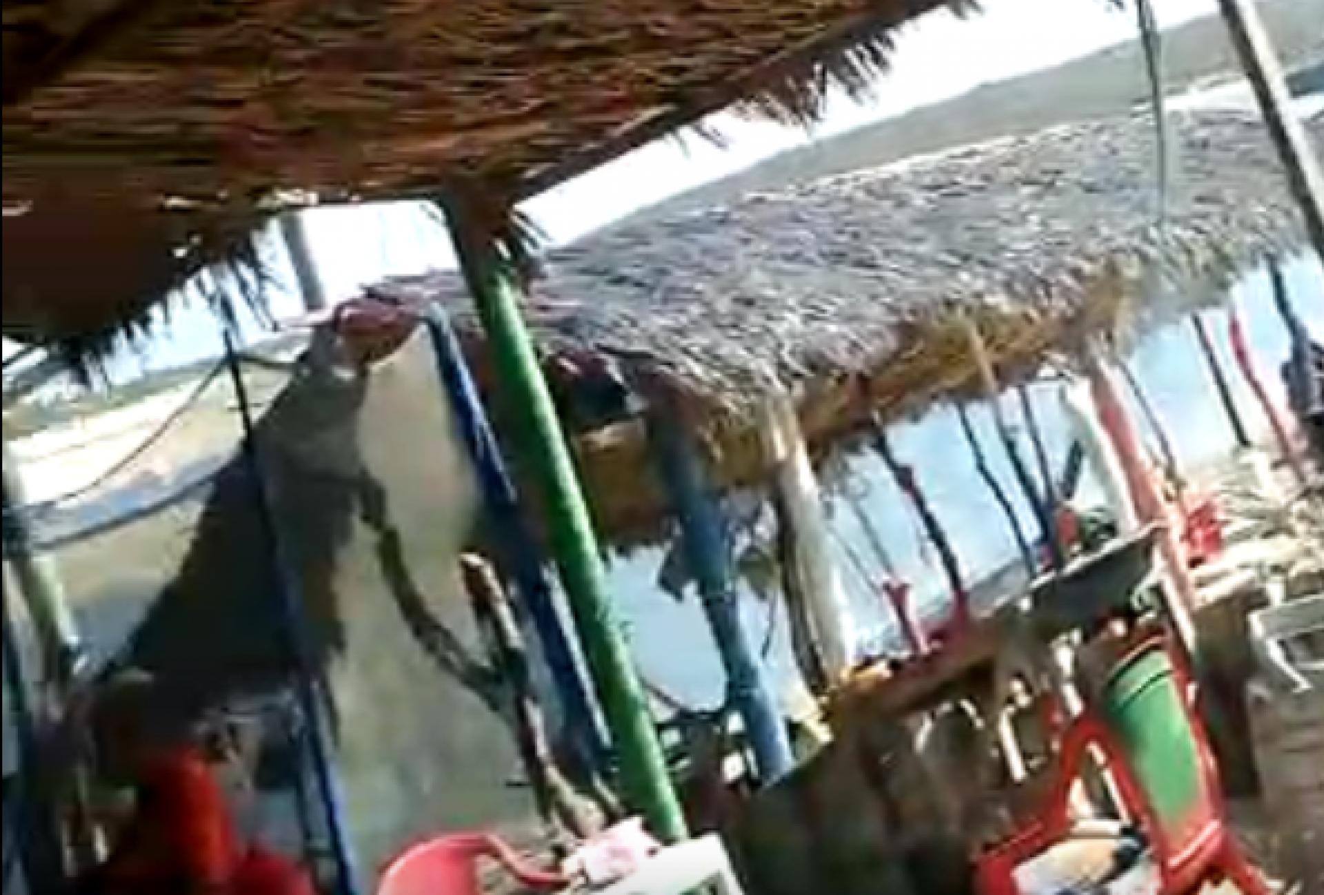 Barraca na praia em Águas Belas, Cascavel, Ceará, instantes após o triplo homicídio