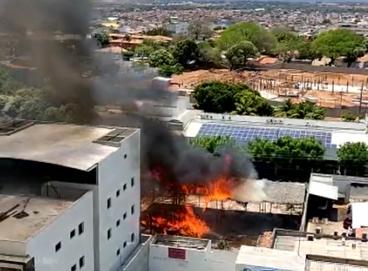 Incêndio foi debelado pelo Corpo de Bombeiros nesta manhã de segunda-feira, 27