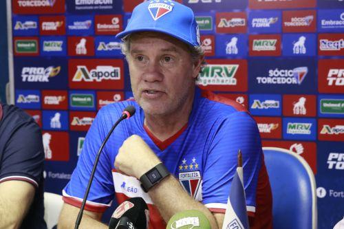 Treinador do Fortaleza, Paulo Bonamigo, concedendo entrevista coletiva no Fortaleza.