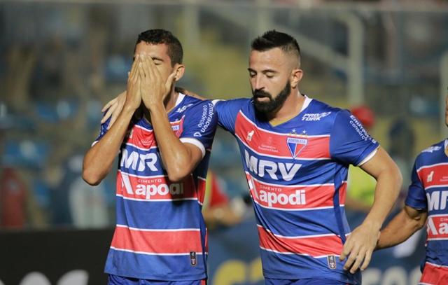 Jogador Bruno Melo com a mão no rosto, chorando e jogador Leandro Cearense ao seu lado, com o braço no ombro do companheiro de equipe
