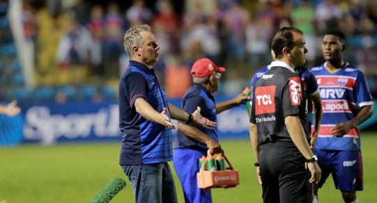 Paulo Bonamigo a borda do campo, no jogo contra o Confiança