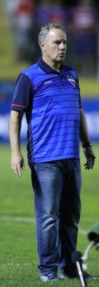Técnico Paulo Bonamigo observa o time à beira do campo