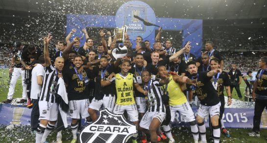 Jogadores do Ceará com o troféu de Campeão da Copa do Nordeste 2015