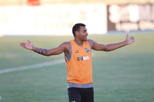Élton e Valdo em disputa pela bola durante o treino do Ceará