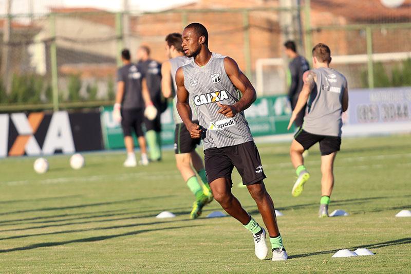Zagueiro Luiz Otávio correndo durante treinamento do Ceará