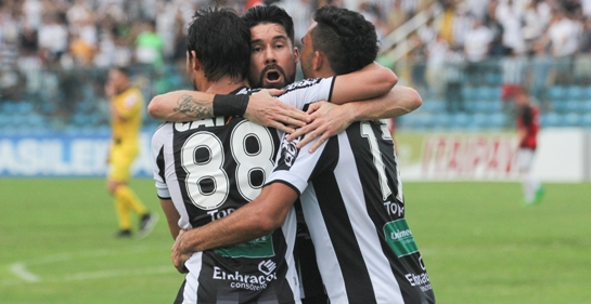 Jogadores abraçados, comemorando um gol contra o Oeste