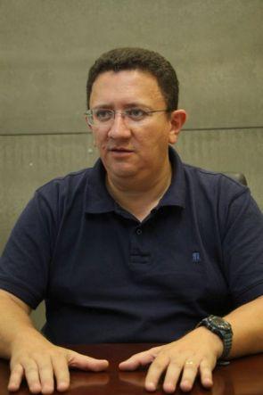 Secretário de Esportes do Ceará, Euler Barbosa, sentado, com mãos sobre a mesa