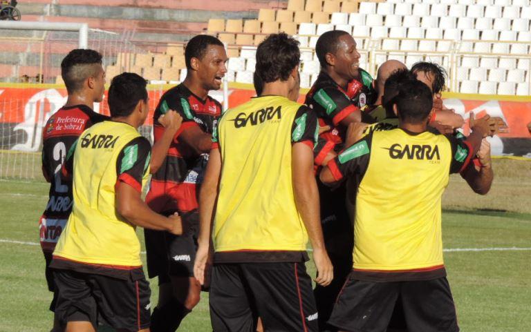 Seis atletas do Guarany de Sobral se abraçam em campo, comemorando um gol  (Foto: )