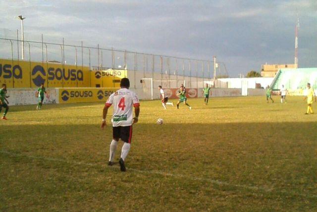 Atleta do Guarany, com bola dominada, próximo da linha lateral, olhando para a grande área do time adversário