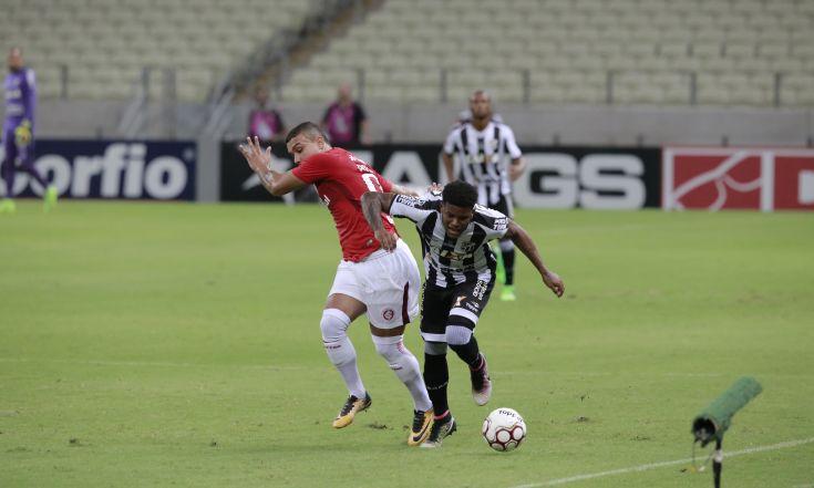 Lateral esquerdo Rafael Carioca divide a bola com o defensor do Inter
