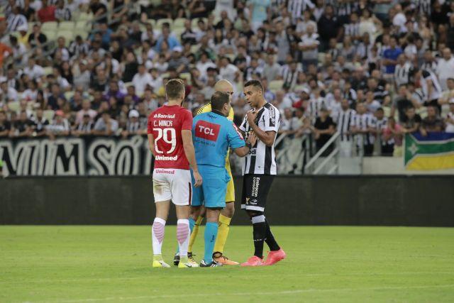 Jogador Elton reclamando com o árbitro da partida