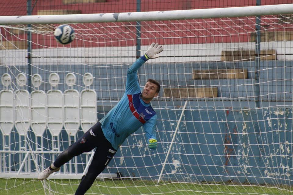 Boeck fazendo defesa em treino do Fortaleza