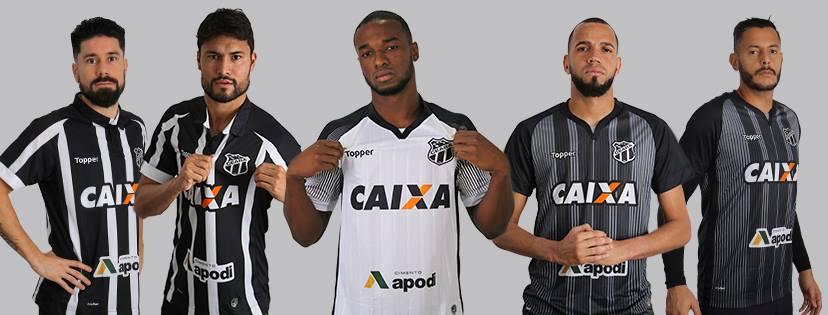 Jogadores posando com o novo uniforme do clube