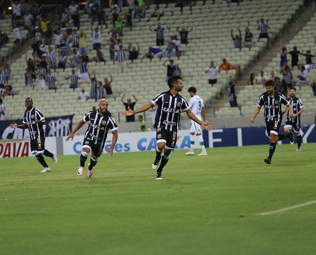 Zagueiro Valdo comemora o gol marcado