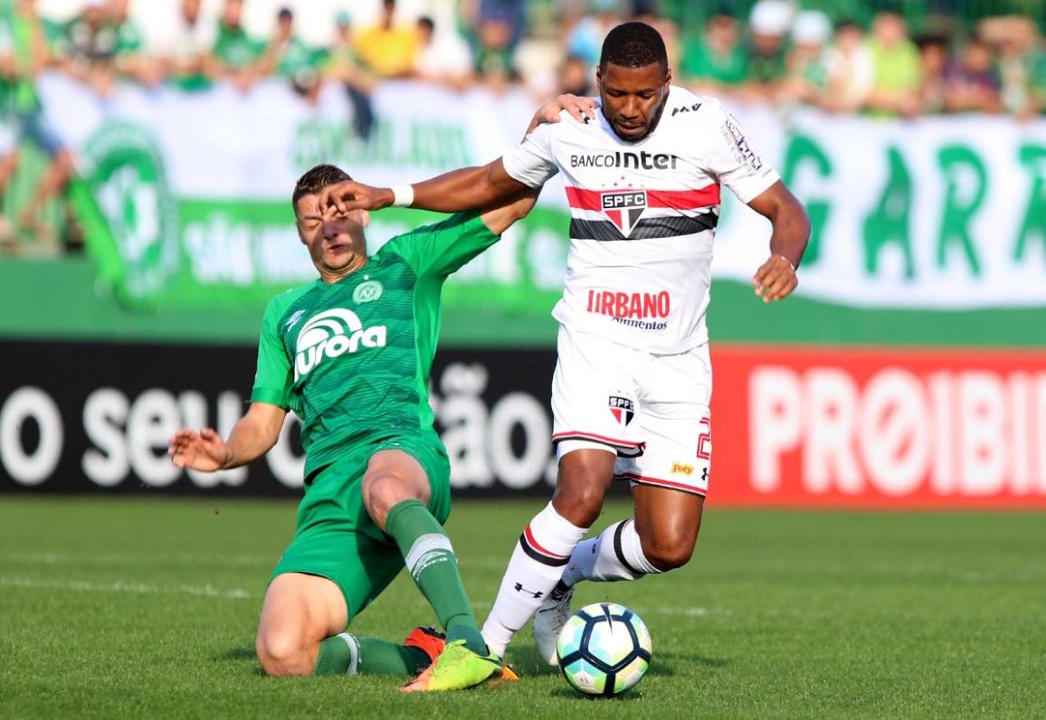 Jucilei, do São Paulo, divide bola com o defensor da Chapecoense