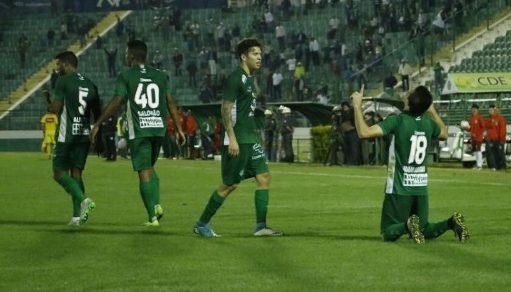 Comemoração de gol do Guarani em jogo no estádio Brinco de Ouro