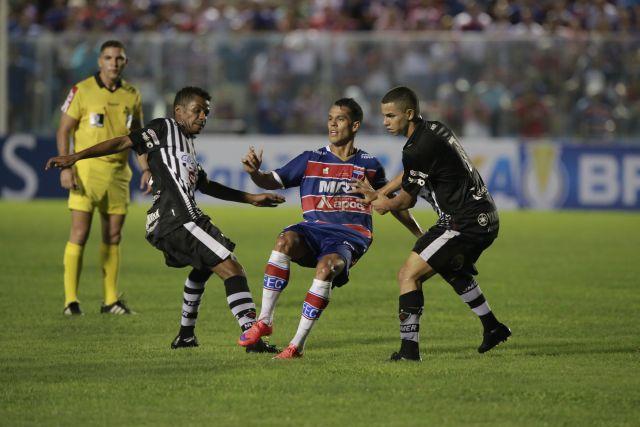 Atleta Hiago, do Fortaleza, espera receber a bola de um companheiro, mas dois jogadores do Botafogo da paraíba o cercam