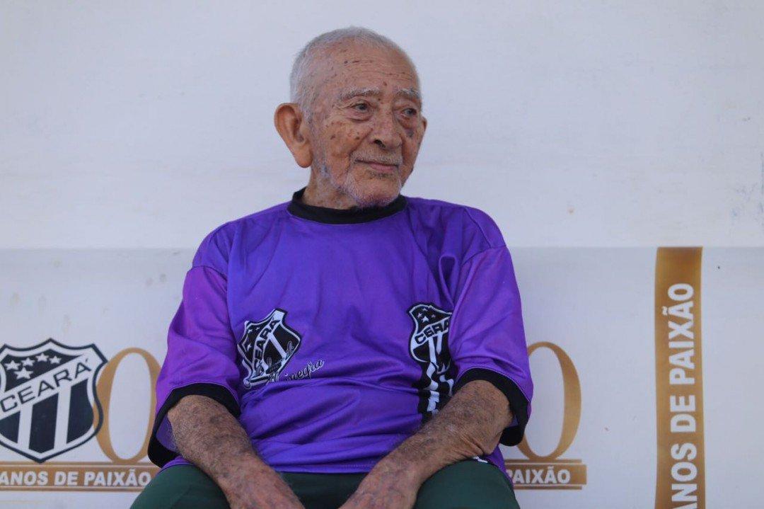 Seu Francisco sentado em uma cadeira cativa, no treino do time, em Porangabuçu